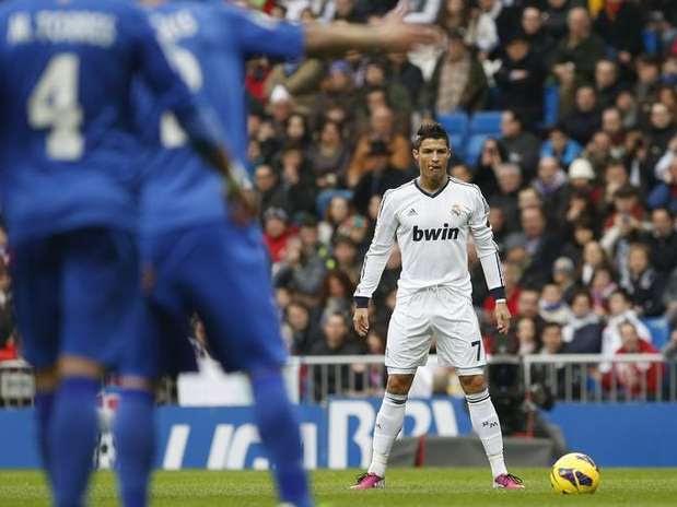 Cristiano Ronaldo, do Real Madrid, prepara-se para chutar a bola durante partida contra o Getafe no estádio Santiago Bernabeu em Madri, Espanha. 27/01/2013 Foto: Juan Medina / Reuters