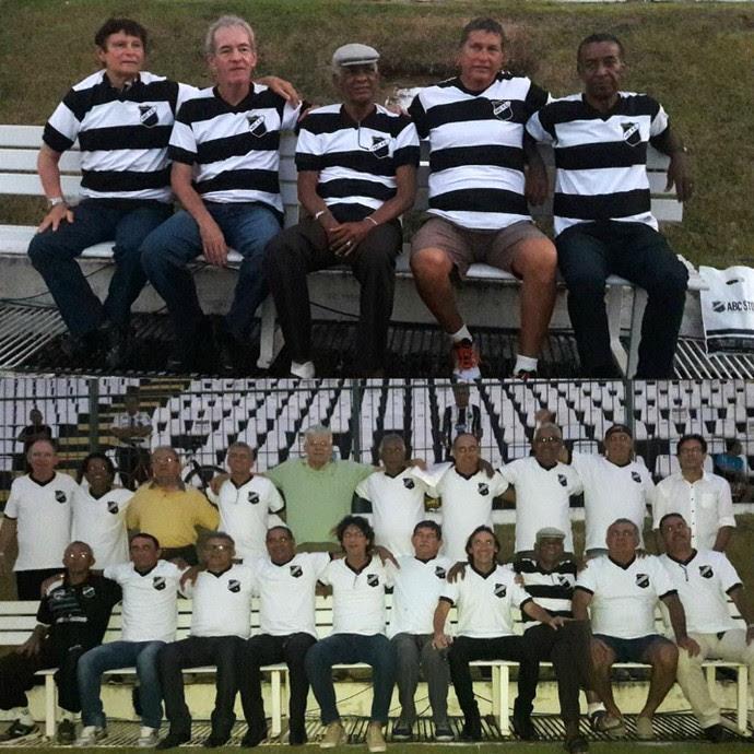 ABC - ex-jogadores lançamento linha retrô de uniformes (Foto: Assessoria de Comunicação/ABC FC)