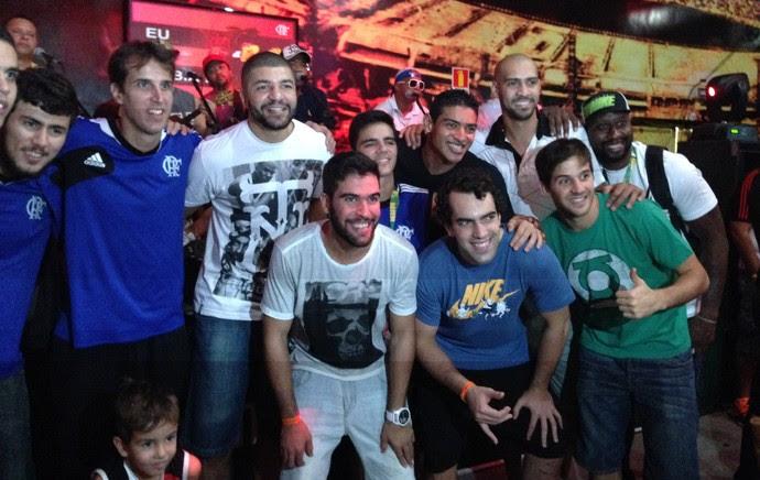 Jogadores do Flamengo comemoram título do NBB (Foto: Thiago Lavinas)