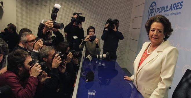 La senadora del PP y exalcaldesa de Valenciam, Rita Barbera, antes de iniciar su comparecencia ante la prensa. REUTERS/Heino Kalis
