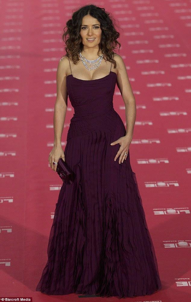 Lindo em uva: Salma Hayek estava deslumbrante em um vestido cor-de-baga que lisonjeado sua figura de ampulheta como ela chegou ao Cinema Prêmios Goya na Espanha ontem à noite