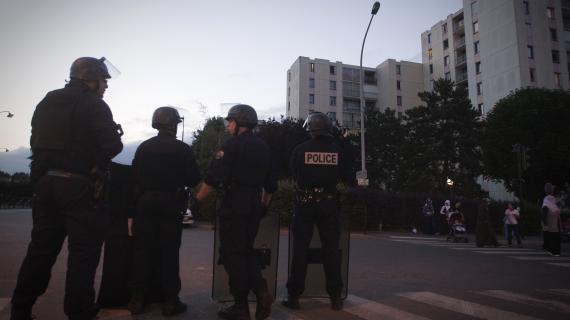 Des policiers stationnent dans la cit des Tarterts (Corbeil-Essonnes), le 6 juin 2011, au lendemain des chauffourres durant lesquelles une fillette a t blesse.