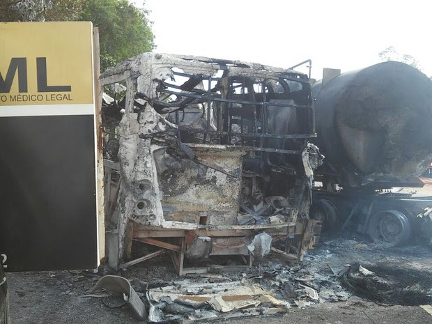 Polícia Rodoviária Estadual ainda não sabe qual foi a causa do acidente na PR-323, em Cafezal do sul (Foto: Rogério Pinheiro/RPC)