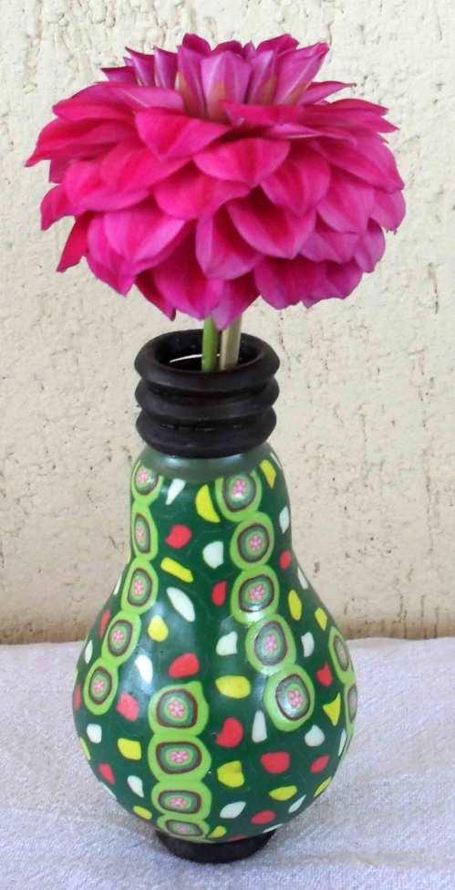 lâmpada decorada usada como vasinho.