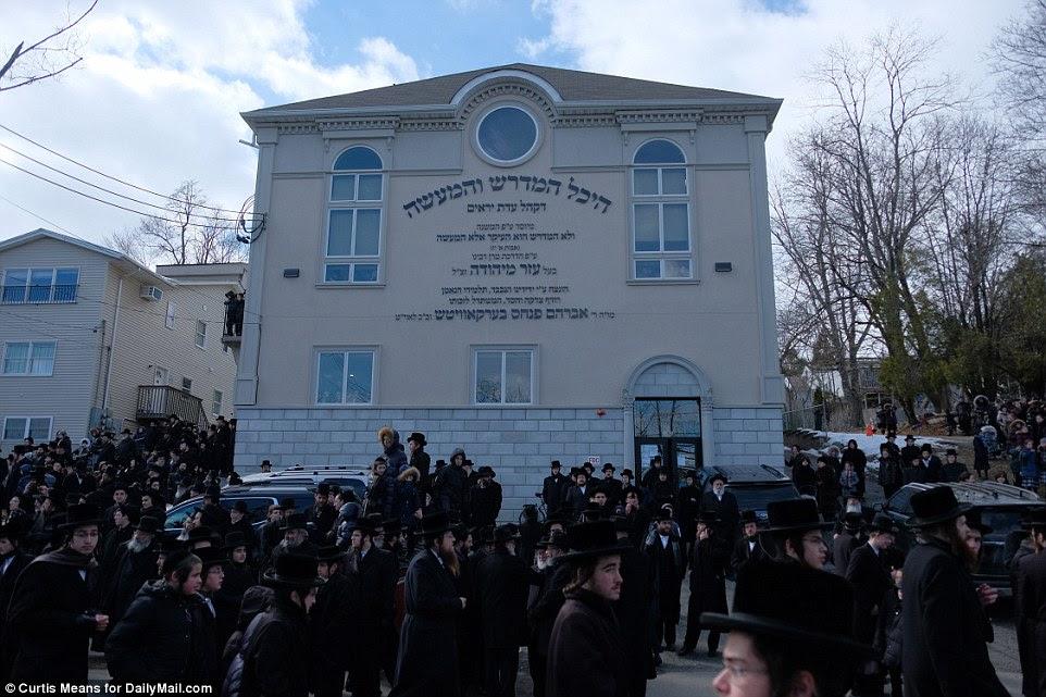 L'extérieur du service funéraire de Hager est vu. Des dizaines de milliers de hassidim se sont précipités au service du monde entier