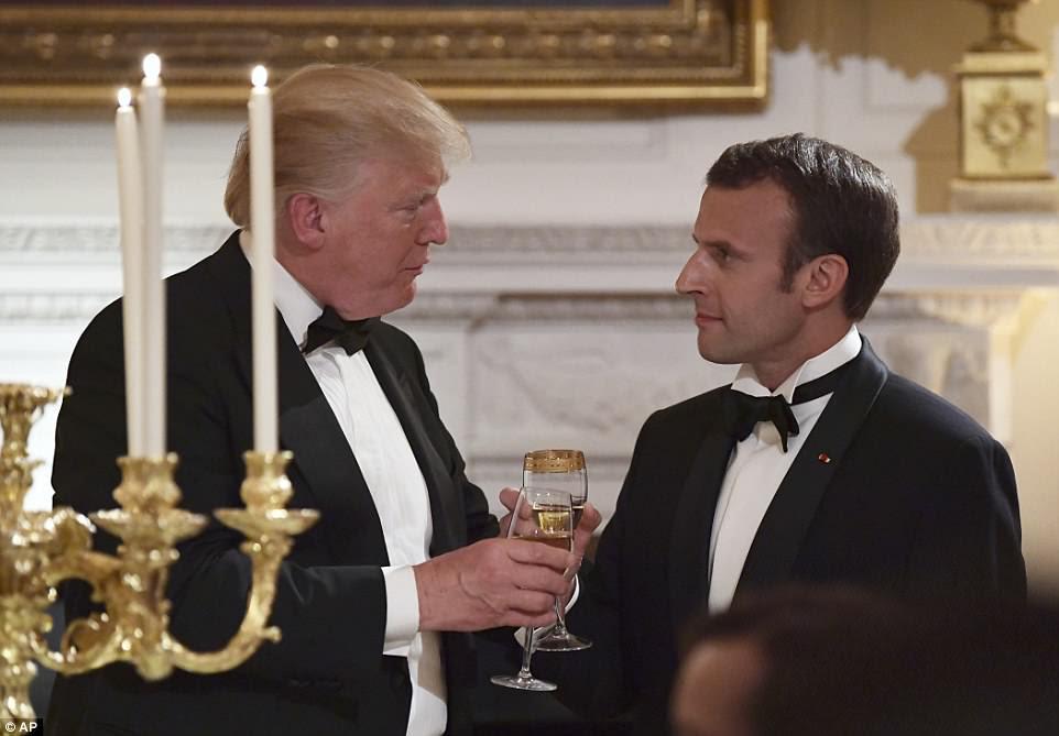 Durante seu brinde ao jantar, o Presidente Trump levantou uma taça para o Presidente Macron dizendo: 'Que nossa amizade cresça ainda mais'