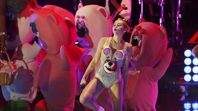 Miley Cyrus gives racy performance at MTV's Video Music Awards
