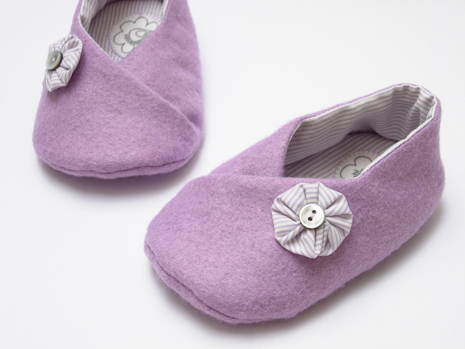 Lilac felt booties for little girl, 6-9 months. Ready to ship - robedellarobi