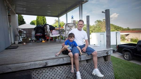 Rick y su nieto Lyrick. Viven en un trailer sobre un lote alquilado / Chris Kleponis / AFP