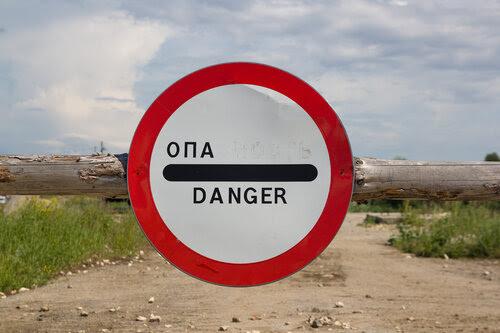 Знак на дороге к старой переправе