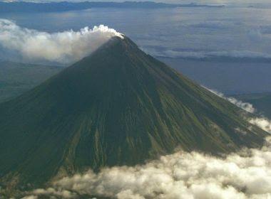 Vulcão volta a expelir lava nas Filipinas e milhares deixam a região