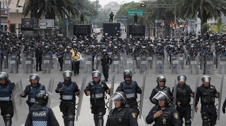 Dozens of police officers await the arrival of teachers of the National Coordinator of Education Workers (CNTE) on June 16, 2016.