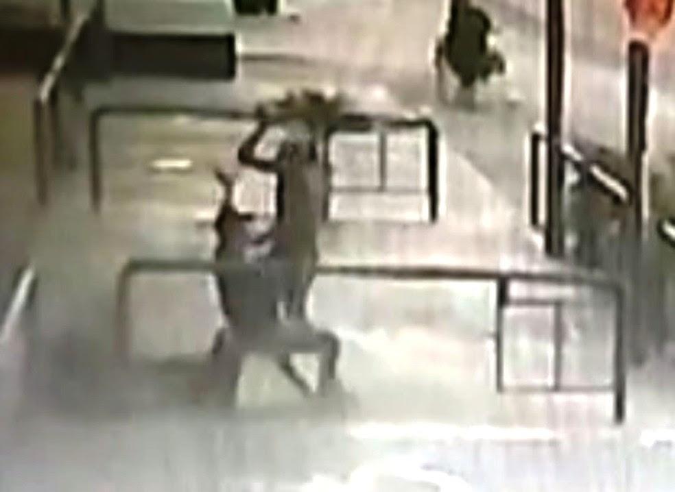 Vídeo flagrou homem que matou e levou cabeça de vítima a mercado agredindo cliente (Foto: Reprodução/G1)