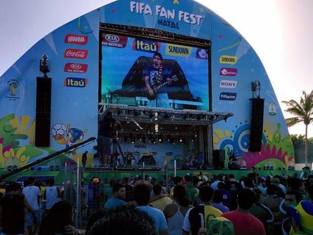 Torcedores acompanham ao jogo do Brasil na Fan Fest, em Natal (Foto: Rafael Barbosa/G1)