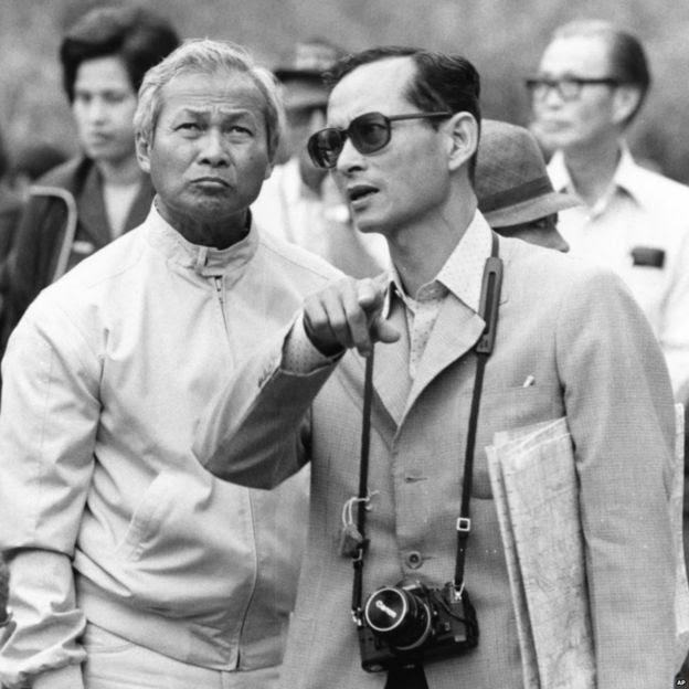 Quốc vương Bhumibol trò chuyện với Tướng Prem Tinsulanonda khi tới thăm họ tới thăm dự án thủy lợi ở miền bắc Thái Lan, 1981