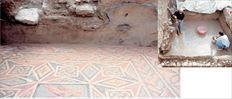 Η αρπαγή του όμορφου νεαρού  Γανυμήδη από τον μεταμορφωμένο σε  αετό Δία πρωταγωνιστεί στο ρωμαϊκής  εποχής ψηφιδωτό που εντόπισε η  αρχαιολογική σκαπάνη (εδώ από τις  εργασίες καθαρισμού του) στην οδό  Ακάμαντος στο Θησείο