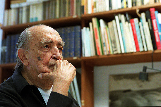 O arquiteto Oscar Niemeyer em seu escritorio em Copacabana