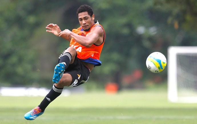 Hernane no treino do Flamengo (Foto: Guito Moreto / Agência O Globo)
