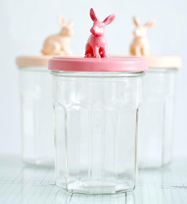 frascos de cristal con conejitos