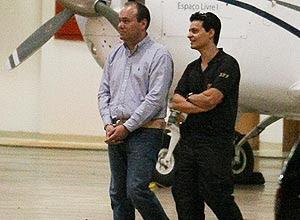 Frederico Costa, secretário-executivo do Ministério do Turismo, chega a Brasília algemado