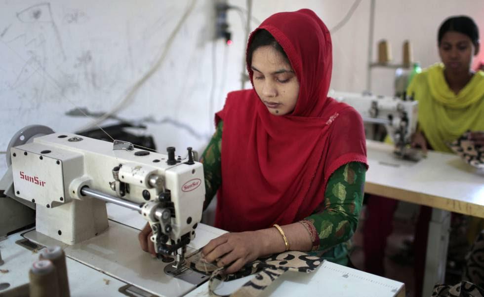Exoperarios de los talleres textiles del Rana Plaza de Bangladesh trabajan en otro taller.