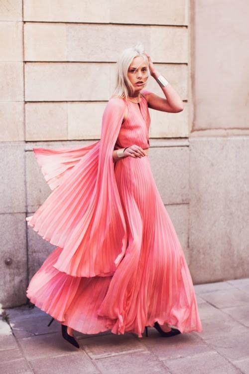 Платье от Richard Nicoll, манжеты от Lindex и обувь от Christian Louboutin.