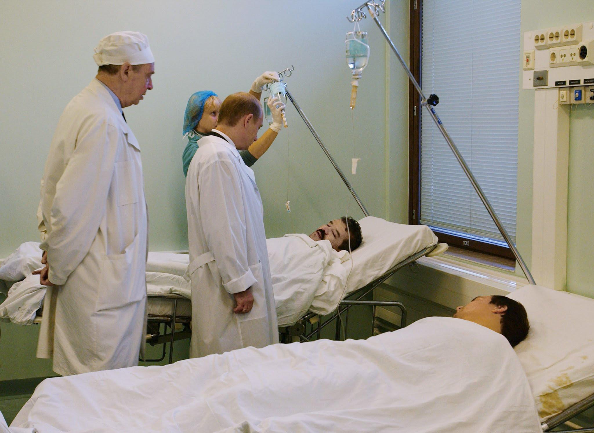 File:Vladimir Putin with victims of Nord-Ost terrorism.jpg