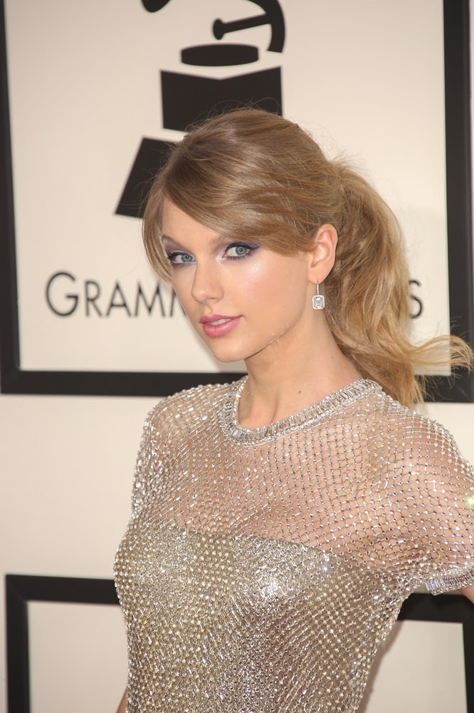 Taylor Swift Spring Ponytail with Loose Waves
