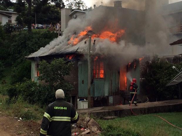 Morador da casas esatava no local, mas escapou ileso (Foto: Altamir Oliveira/Rádio Estação FM)
