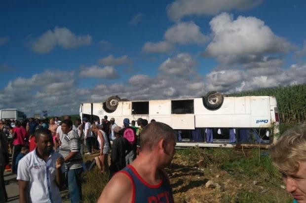 Autobús con 50 turistas se vuelca entre  La Romana e Higüey; hay varios heridos