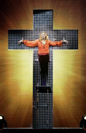 Lo scontro di civiltà con la Madonna e San Giorgio da una parte e Luciano Silighini Garagnani, tecnico virtuale, dall