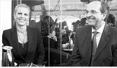 Εστριψε διά...  της καφετέριας   MΕ ΠΟΡΤΟΚΑΛΑΔΑ αναψυκτικό, στα τραπεζοκαθίσµατα της πλατείας Αριστοτέλους, αντί για γεύµα στο «γκουρµέ» restaurant - bar «Clochard», ολοκληρώθηκε ο περίπατος του κ. Σαµαρά (εδώ µε τη βουλευτή Ελενα Ράπτη) στο κέντρο της Θεσσαλονίκης. Οι επιτελείς του αρχηγού της αξιωµατικής αντιπολίτευσης είχαν προγραµµατίσει ότι αµέσως µετά την ολοκλήρωση της δοξολογίας στον Αγιο Δηµήτριο ο κ. Σαµαράς θα περπατούσε µέχρι την οδό Προξένου Κοροµηλά, όπου θα γευµάτιζε στο πολυτελές εστιατόριο. Οµως, οι συνεργάτες του την τελευταία στιγµή πληροφορήθηκαν ότι στη 1 το µεσηµέρι θα γευµάτιζε στο εστιατόριο «Τα Νησιά», που βρίσκεται σε απόσταση περίπου 100 µέτρων από το «Clochard», ο Γιώργος Παπανδρέου µε τα κοµµατικά στελέχη του ΠΑΣΟΚ. Ετσι ο κ. Σαµαράς µαταίωσε το γεύµα στο εστιατόριο και κάθησε στο καφέ «Ολύµπιον» της πλατείας Αριστοτέλους...