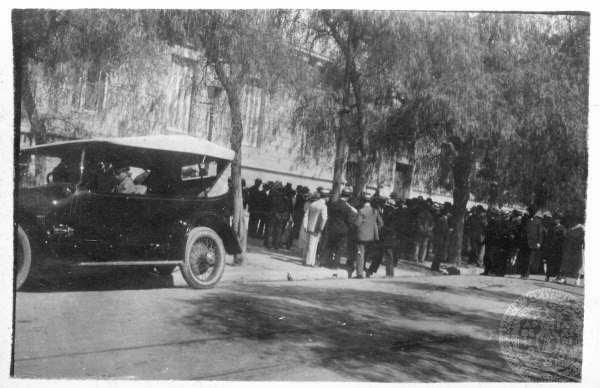Πολίτες έξω από το σπίτι του Δραγούμη στη λεωφόρο Αμαλίας μετά την αναγγελία της δολοφονίας