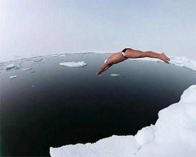 Um camarada mergulha no fim do mundo
