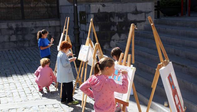 Varios niños pintan en un taller del Museo Muñoz Sola de Tudela.