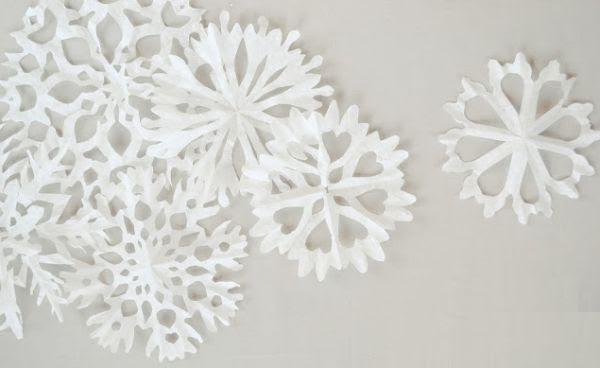 Flocos de neve para o Natal de forminhas de papel é uma opção barata para o décor deste ano (Foto: thepinkcouch.blogspot.com.br)