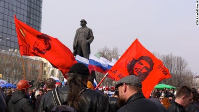 Manifestantes anti-fascistas en el monumento a Lenin en Donestk
