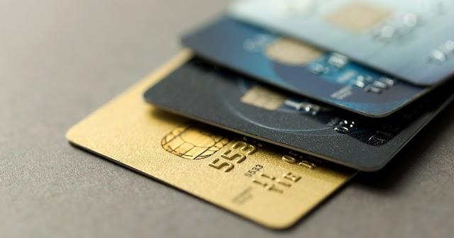 Com desemprego e alta de preços, brasileiro amplia dívidas e recorre mais ao cartão