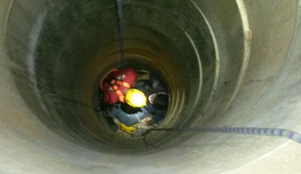 Homem cai em cisterna de 10 metros (Foto: Corpo de Bombeiros/ Divulgação)