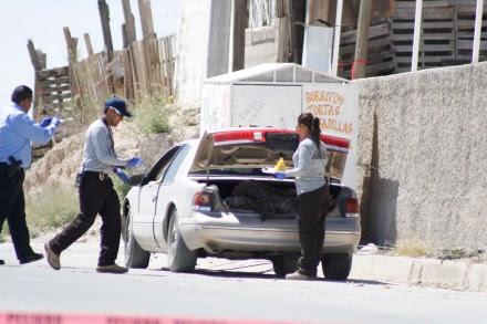 Hallan dos cadáveres en un automóvil en Ciudad Juárez. Foto: Ricardo Ruíz