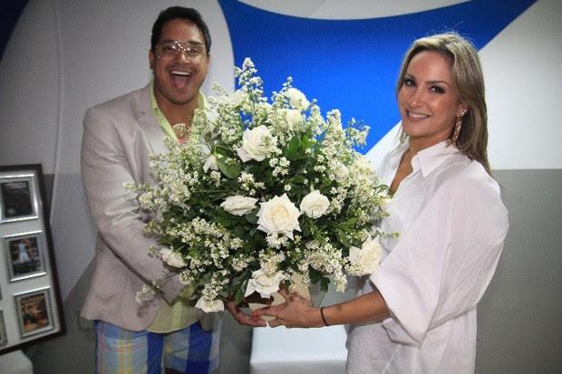 Claudia Leitte entrega flores a Xanddy nos bastidores do ensaio do Harmonia do Samba em Salvador, na Bahia (Foto: Fred Pontes/ Divulgação)