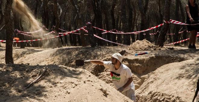 Un voluntario trabaja en la investigación arqueológica que ha llevado a un grupo de expertos, dirigido por Alfredo González.- ÓSCAR RODRÍGUEZ