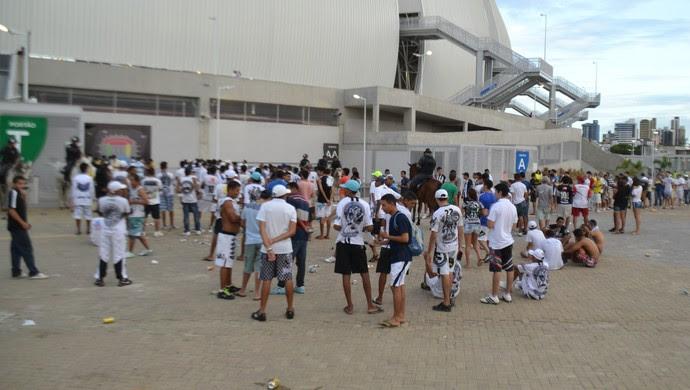 Torcedores do ABC sentaram no chão por conta na demora das bilehterias da Arena das Dunas (Foto: Jocaff Souza)