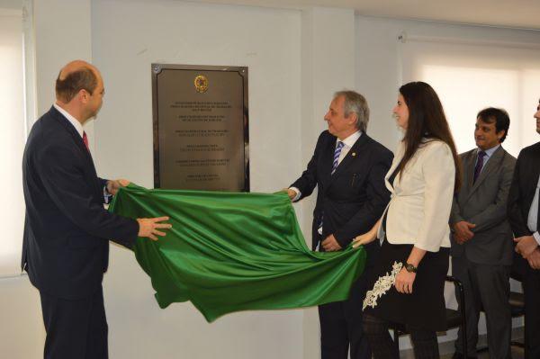 Ronaldo Fleury, Erich Schramm e Damaris Salvioni descerram placa de inauguração