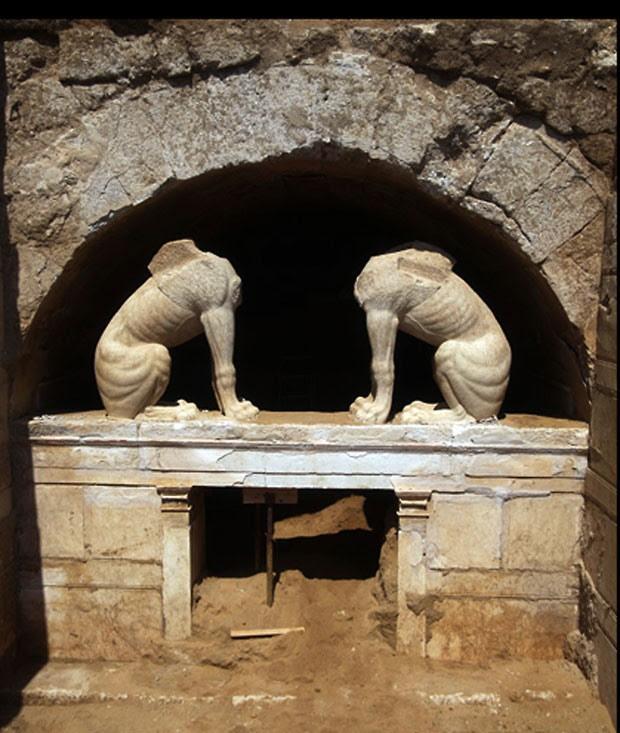 Arqueólogos estimam que a tumba tenha 3 metros de altura (Foto: AFP)