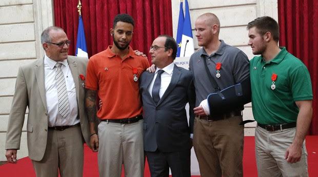 Da esquerda para a direita, Chris Norman, Anthony Sadler,  Spencer Stone e Alek Skarlatos após cerimônia em que 'heróis' receberam medalha da legião de honra em Paris (Foto: Michel Euler/ AP)