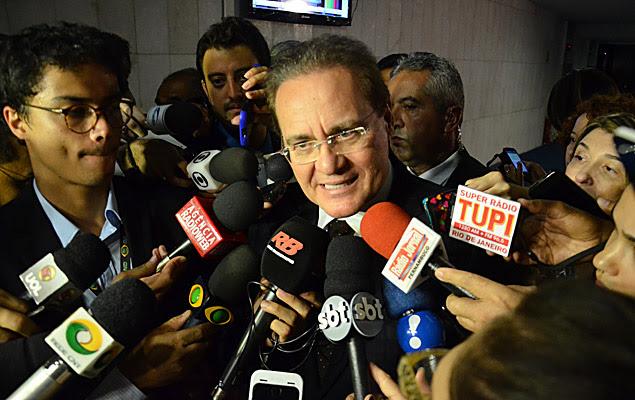 O presidente do Senado, Renan Calheiros (PMDB-AL), fala com a imprensa ao chegar ao Senado Federal, nesta terça-feira (15), em Brasília (DF).