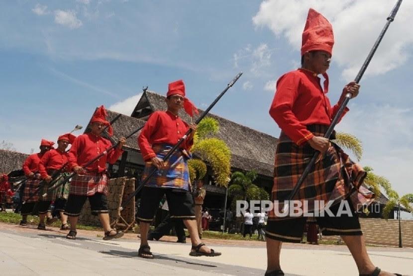http://static.republika.co.id/uploads/images/inpicture_slide/pasukan-pengawal-istana-kerajaan-gowa-balla-lompoa-_160912145028-462.jpg