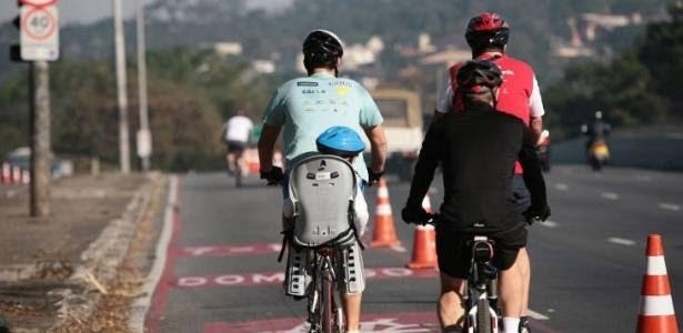 Paulistanos aproveitam domingo de sol e calor para passear de bicicleta pela Ciclofaixa