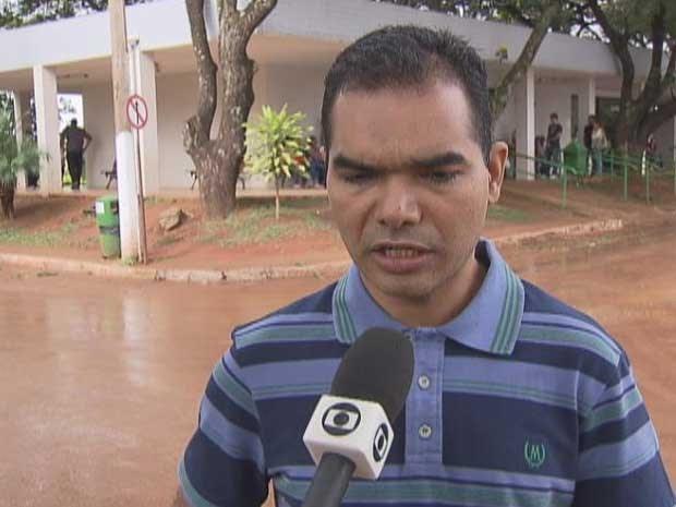 Marcos Aurélio Mattos pediu justiça durante o enterro da mulher, encontrada morta em carro no Parque da Cidade, em Brasília (Foto: TV Globo/Reprodução)
